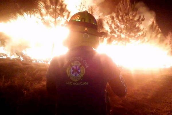 Atiende PC estatal, incendios forestales en Uruapan